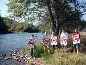Citizens protest at Pacific Connector's proposed pipeline crossing along the Rogue River. Photo from Lesley Adams - Rogue Riverkeeper